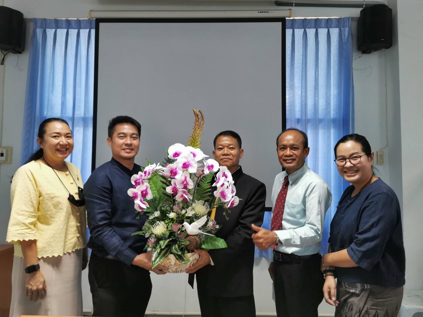 ผู้ช่วยศาสตราจารย์ ดร.จำเนียร พลหาญ ประธานสาขาวิชาการบริหารจัดการการศึกษาและคณาจารย์ประจำสาขาฯร่วมแสดงความยินดีกับผู้ช่วยศาสตราจารย์ ดร.กฤษกนก ดวงชาทม เนื่องจากได้รับตำแหน่งทางวิชาการเป็น รองศาสตราจารย์